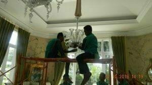 cuci-lampu-kristal-di-lotus-palace-12