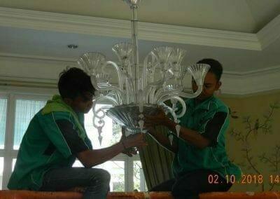 cuci-lampu-kristal-di-lotus-palace-13