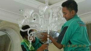 cuci-lampu-kristal-di-lotus-palace-16