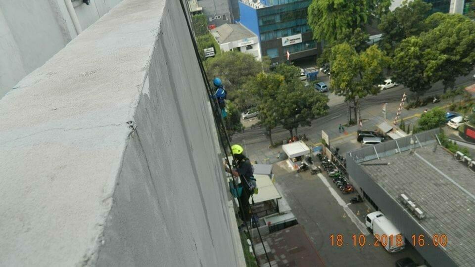 pembersih kaca gedung hotel oria jakarta 07