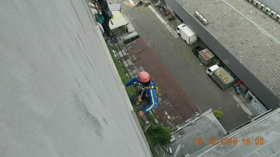 pembersih kaca gedung hotel oria jakarta 08