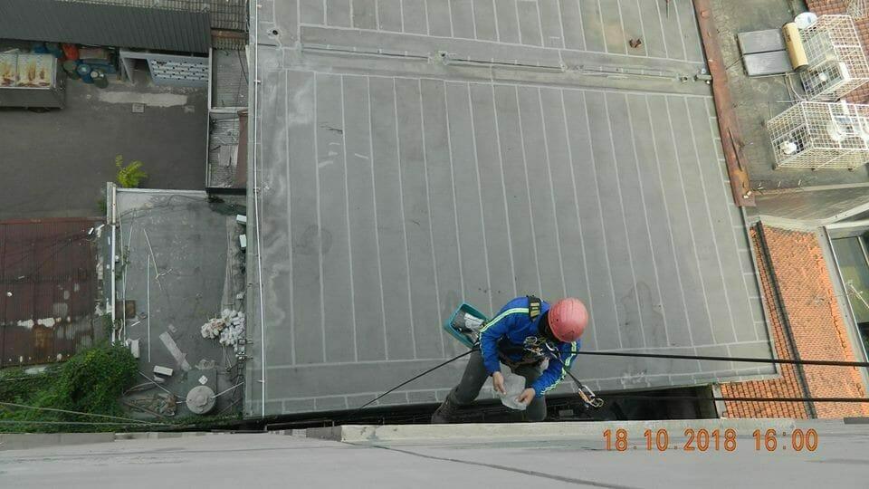 pembersih kaca gedung hotel oria jakarta 10