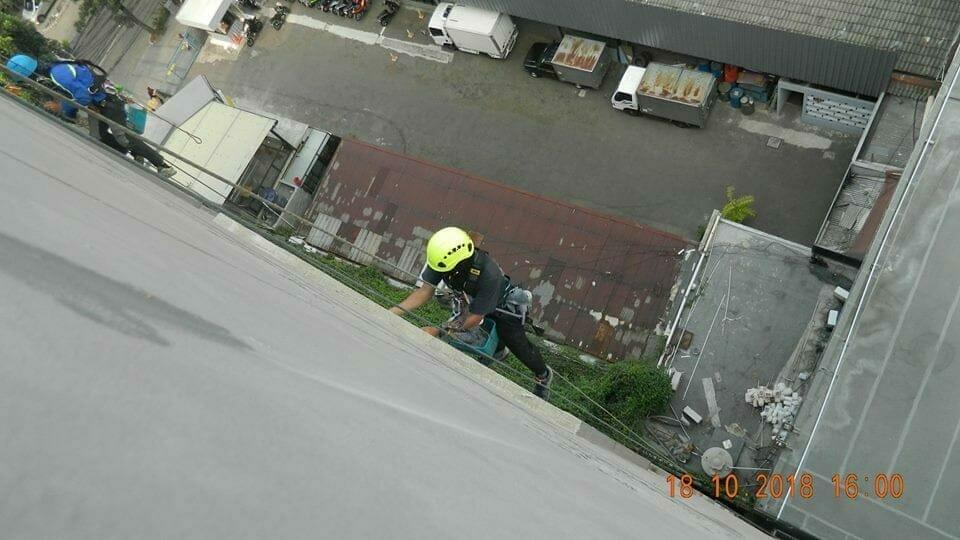 pembersih kaca gedung hotel oria jakarta 11