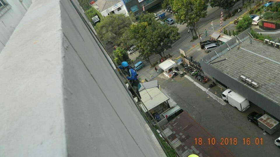pembersih kaca gedung hotel oria jakarta 12