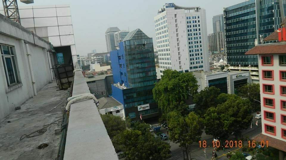 pembersih kaca gedung hotel oria jakarta 14