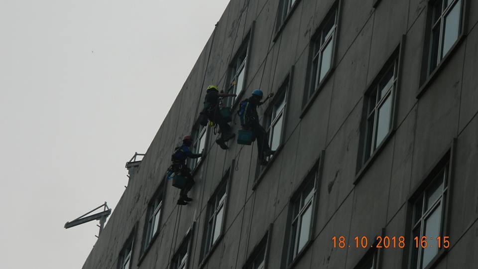 pembersih kaca gedung hotel oria jakarta 20