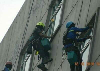 pembersih-gedung-cuci-kaca-gedung-hotel-oria-21