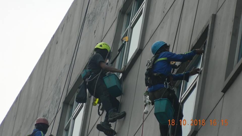 pembersih kaca gedung hotel oria jakarta 21