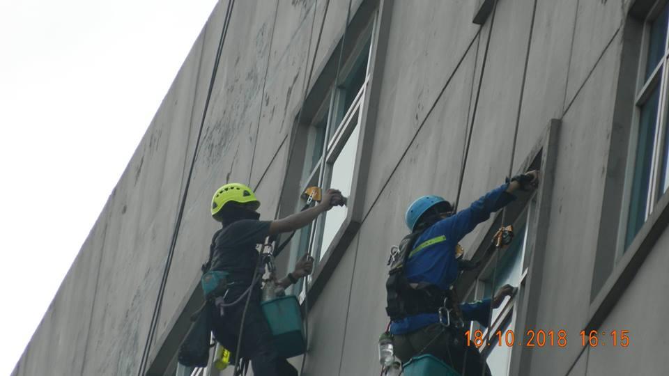 pembersih kaca gedung hotel oria jakarta 22