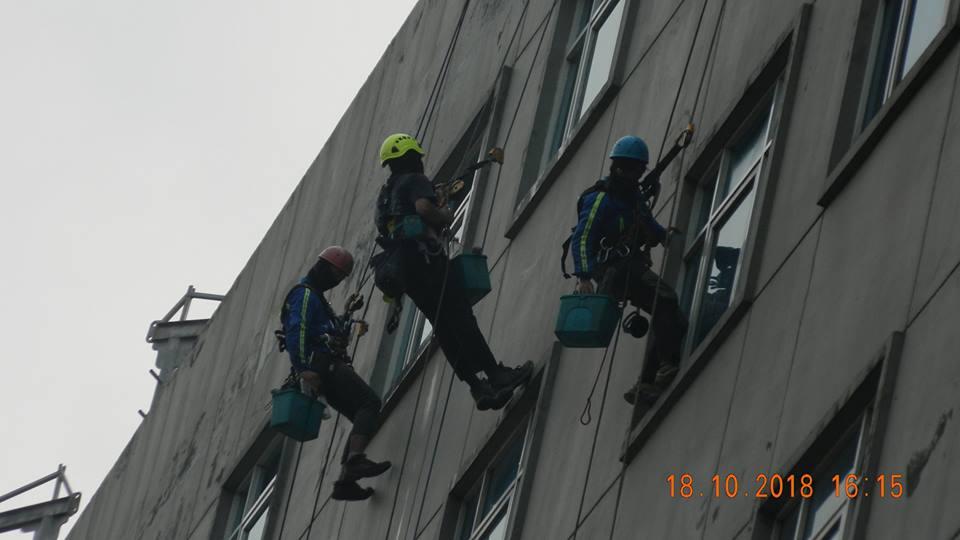 pembersih kaca gedung hotel oria jakarta 23