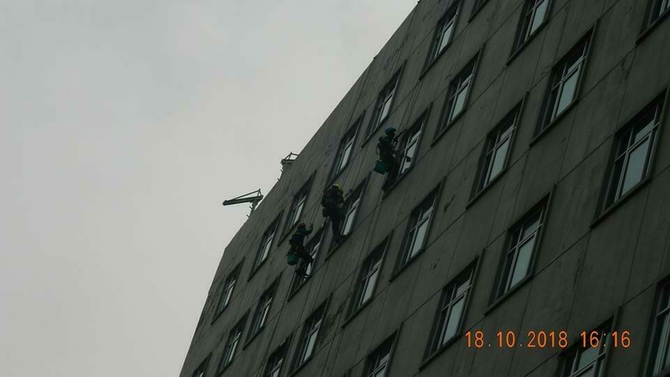 pembersih kaca gedung hotel oria jakarta 24