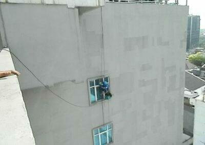 pembersih-gedung-cuci-kaca-gedung-oria-hotel-15
