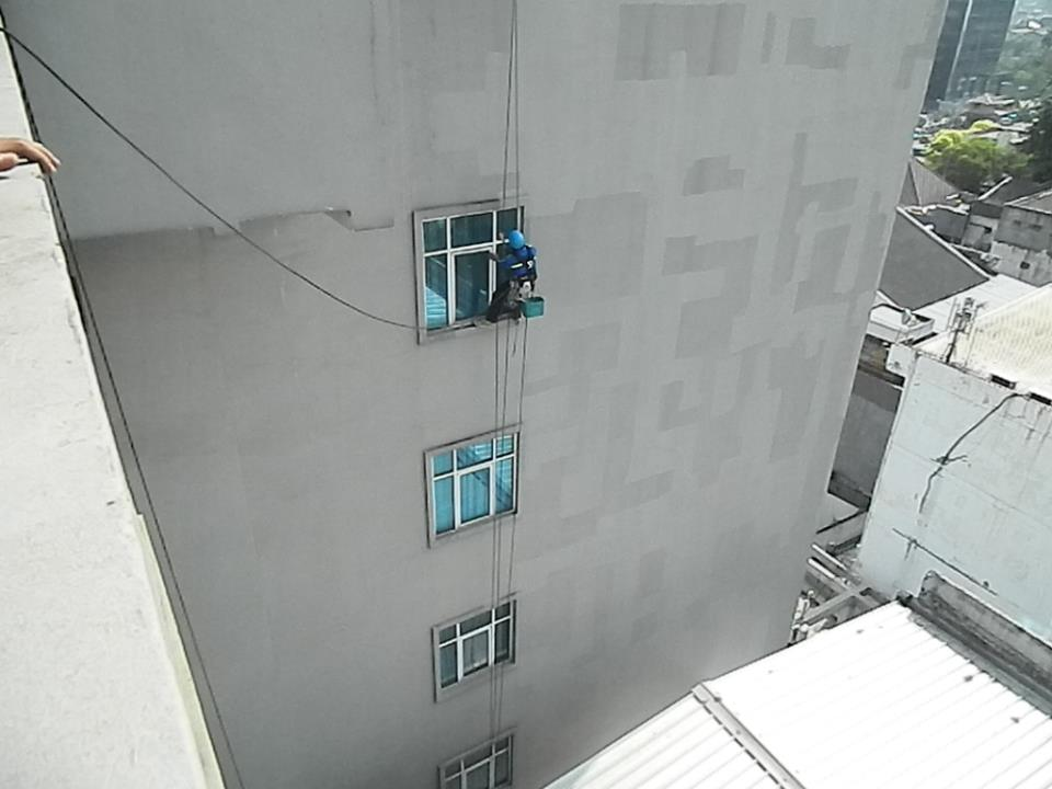 pembersih gedung cuci kaca gedung oria hotel 17 Cuci