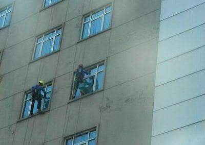pembersih-gedung-cuci-kaca-gedung-oria-hotel-27