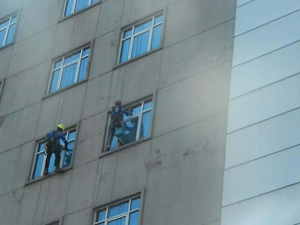 pembersih gedung cuci kaca gedung oria hotel 27 Cuci
