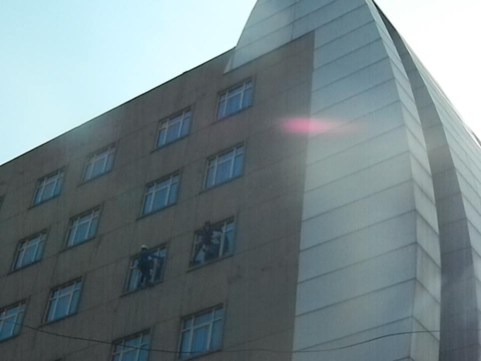 pembersih gedung cuci kaca gedung oria hotel 28 Cuci