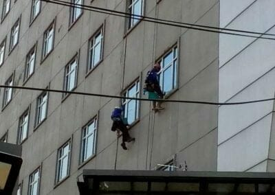 pembersih-gedung-cuci-kaca-hotel-oria-10