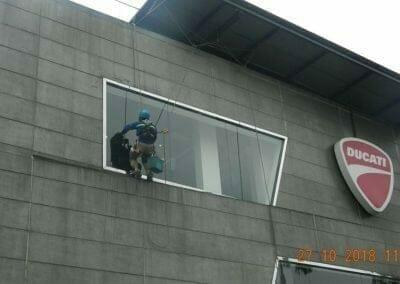 pembersih-kaca-gedung-ducati-04