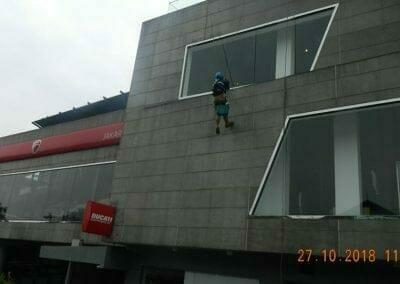 pembersih-kaca-gedung-ducati-07