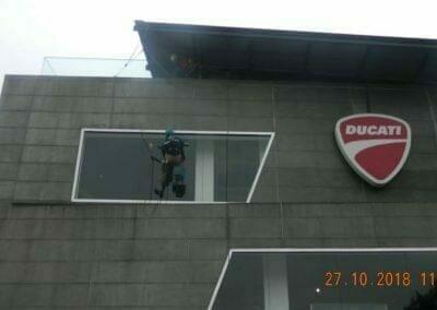 pembersih-kaca-gedung-ducati-08