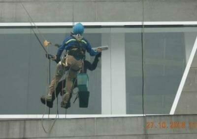 pembersih-kaca-gedung-ducati-09