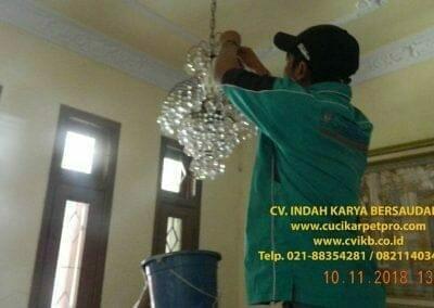 cuci-lampu-kristal-bapak-syafri-09