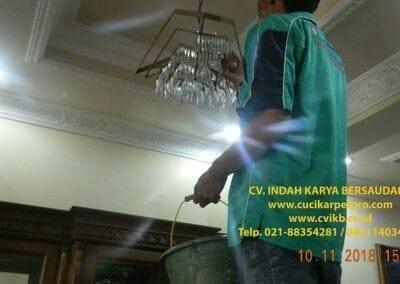 cuci-lampu-kristal-bapak-syafri-34