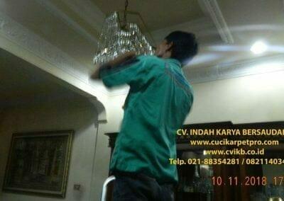 cuci-lampu-kristal-bapak-syafri-39