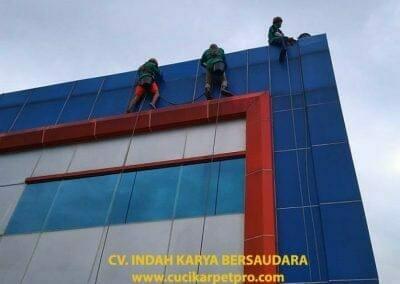 pembersih-alucobond-dan-kaca-gedung-pt-grakindo-06