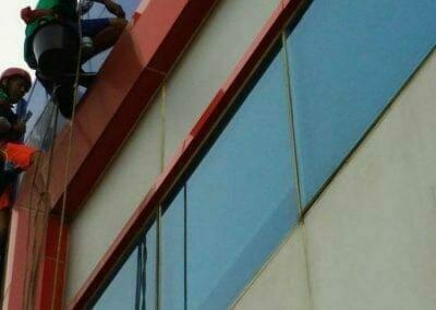 pembersih-alucobond-dan-kaca-gedung-pt-grakindo-23