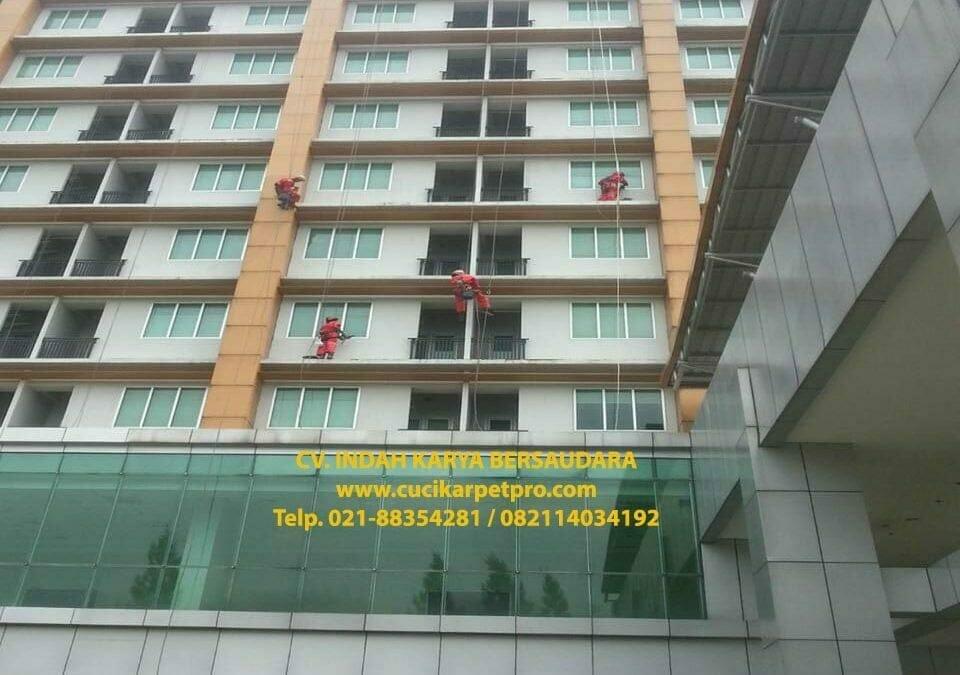 Pembersih Kaca Gedung Kejaksaan Agung RI Adhyaksa Loka Ceger