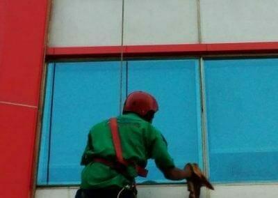 pembersih-kaca-gedung-pt-grakindo-25