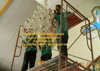 cuci-lampu-kristal-gereja-gpib-shalom-depok-22