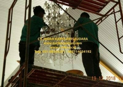 cuci-lampu-kristal-gereja-gpib-shalom-depok-24
