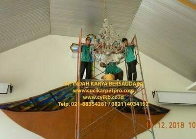 cuci-lampu-kristal-gereja-gpib-shalom-depok-25