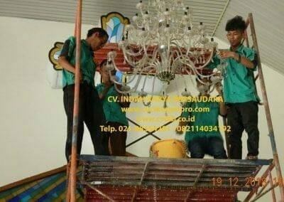 cuci-lampu-kristal-gereja-gpib-shalom-depok-31