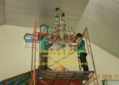 cuci-lampu-kristal-gereja-gpib-shalom-depok-41