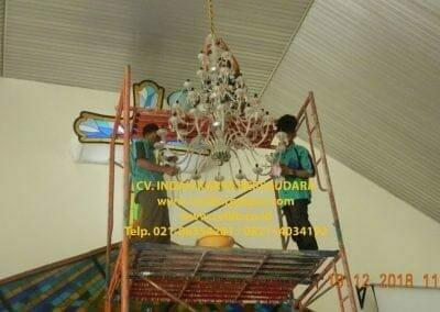 cuci-lampu-kristal-gereja-gpib-shalom-depok-42
