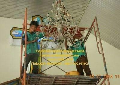 cuci-lampu-kristal-gereja-gpib-shalom-depok-44