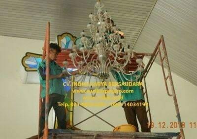 cuci-lampu-kristal-gereja-gpib-shalom-depok-45