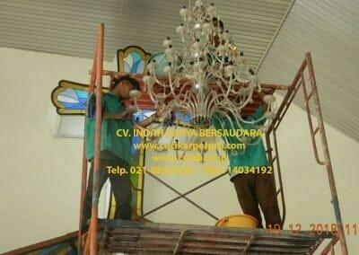 cuci-lampu-kristal-gereja-gpib-shalom-depok-46