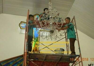 cuci-lampu-kristal-gereja-gpib-shalom-depok-54