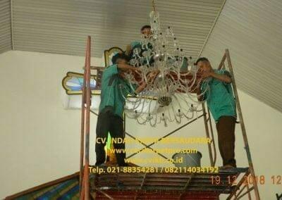 cuci-lampu-kristal-gereja-gpib-shalom-depok-55