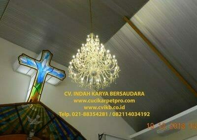 cuci-lampu-kristal-gereja-gpib-shalom-depok-59