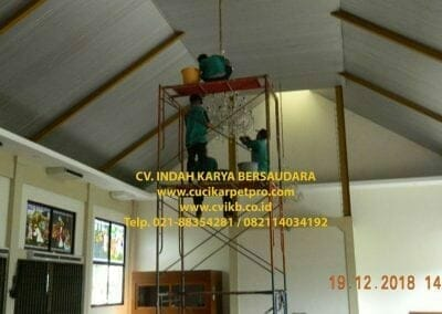 cuci-lampu-kristal-gereja-gpib-shalom-depok-63