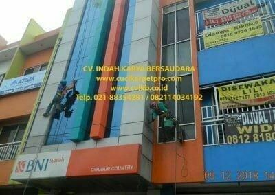 pembersih-kaca-gedung-bni-syariah-cibubur-01
