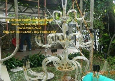 cuci-lampu-kristal-ibu-donda-01
