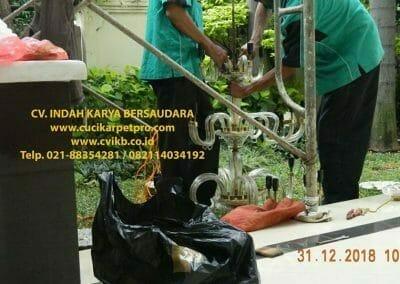 cuci-lampu-kristal-ibu-donda-12