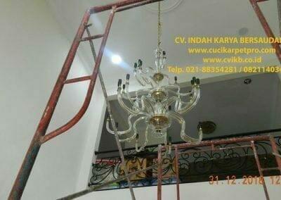 cuci-lampu-kristal-ibu-donda-25