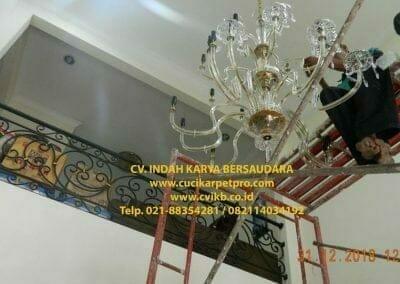 cuci-lampu-kristal-ibu-donda-27